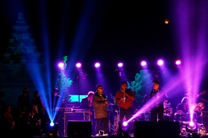 Sorot lampu mewarnai panggung Jazz Atas Awan dan Candi Arjuna sebagai latarnya.