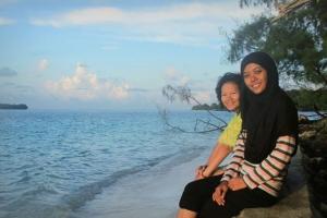 Menikmati pantai pagi hari bersama Astrid sahabat kesayangan satu lagi.