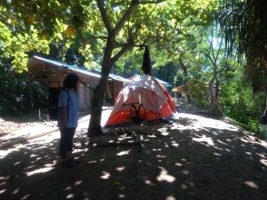 Lokasi tenda kami, sengaja cari yang dekat warung, balai-balai dan ada hammocknya
