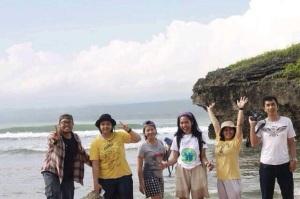 Teman jalan saya: (Left to Right) Linus, Erlin, Saya, Riri, Kak Tia, Kak Impola
