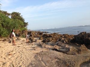 Pantai di Pulau Santolo dikelilingi karang, jadi hari-hati kalo mau berlarian ya