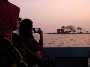 Perahu rombongan kami kembali ke Pulau Bidadari diantar hangatnya matahari senja.